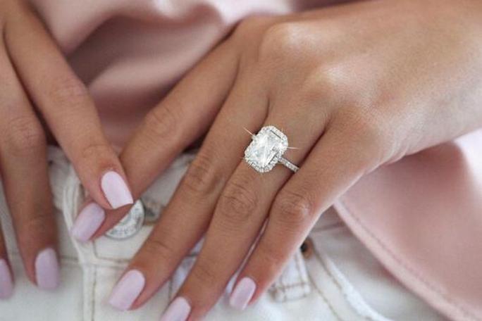 Ако се питате на коя ръка се носи годежният пръстен, тук ще намерите отговора.