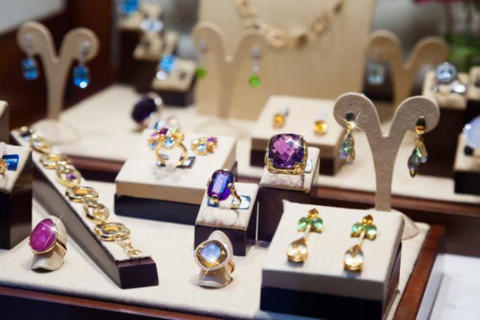 Скъпоценни камъни Топаз, символ на богатство и мъдрост, подходящи за предложение за годеж и годежни пръстени.