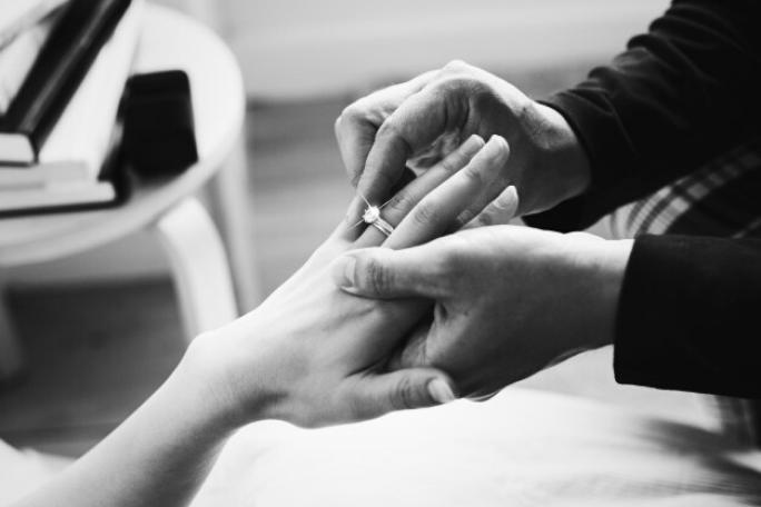 Съвети за съвременно  предложение на годеж с годежен пръстен  с диамант за бъдеща булка.