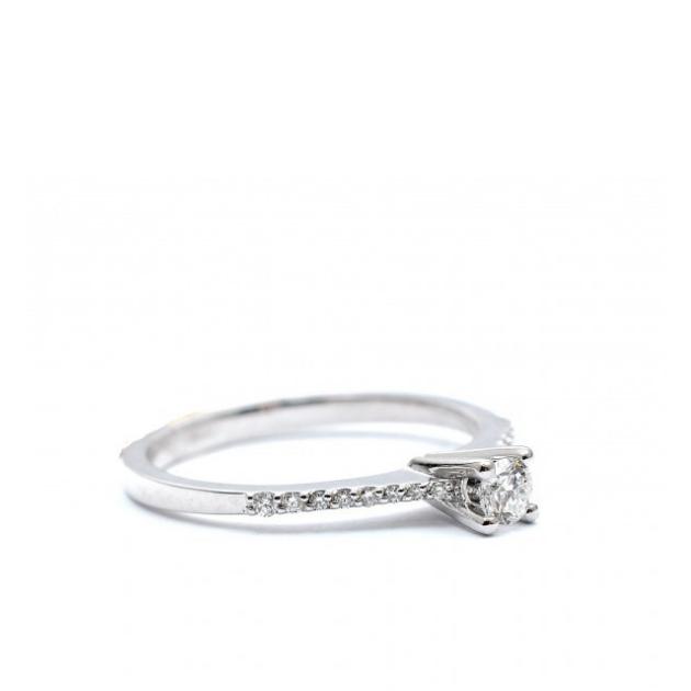 Златен годежен пръстен с централен диамант