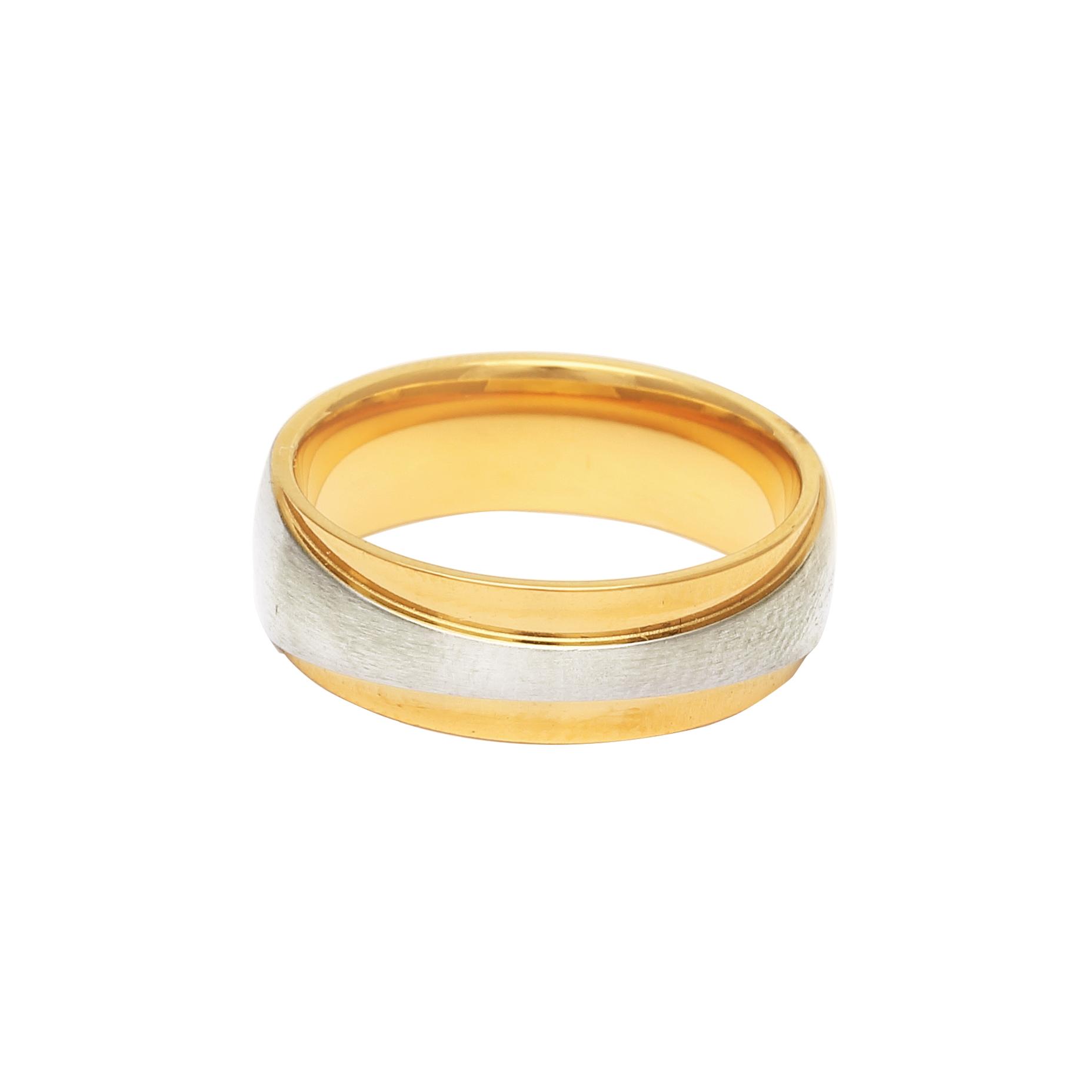 Мъжка златна сватбена халка с декоративна ивица от бяло злато.