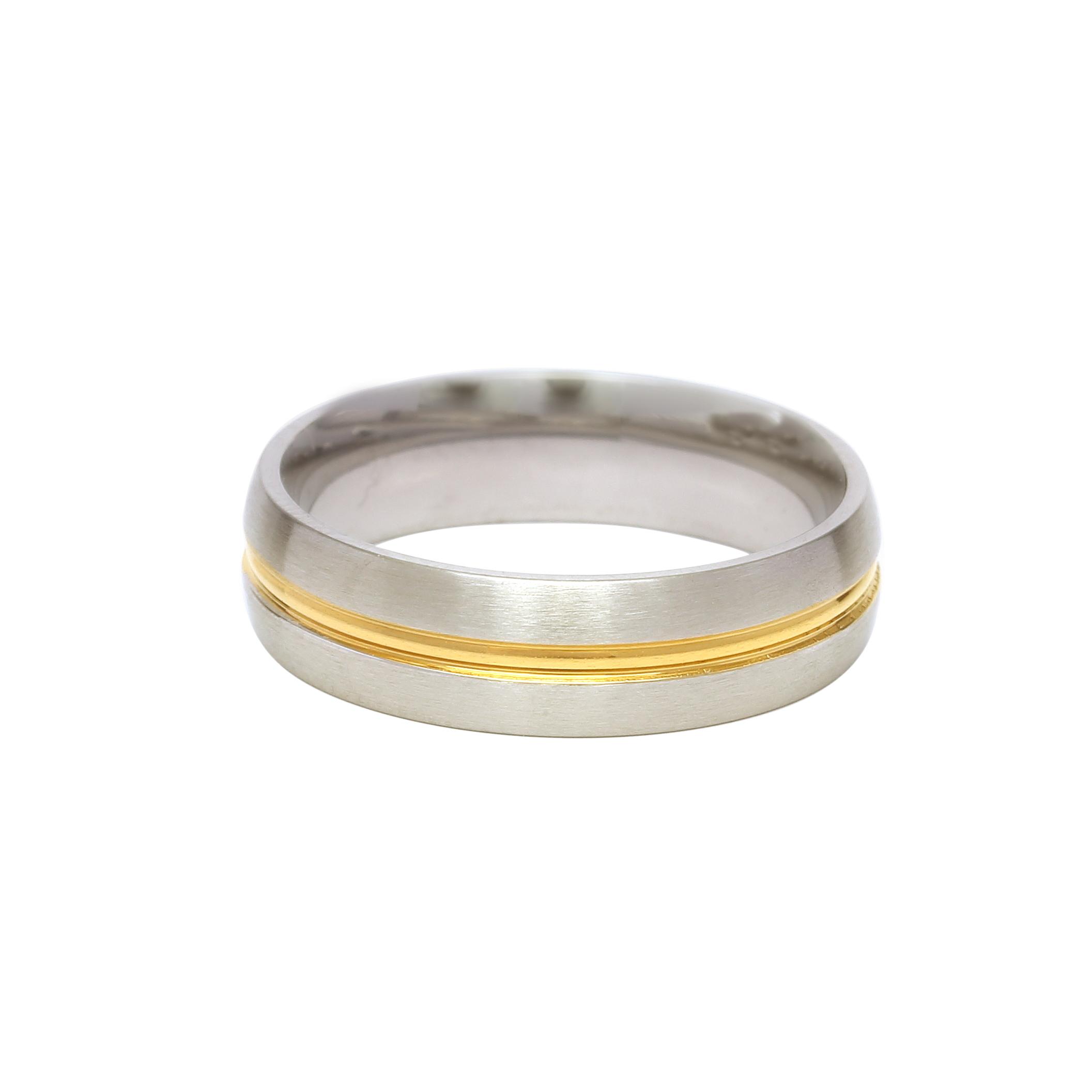 Сватбена халка от бяло злато с тънка декоративна ивица от жълто злато.