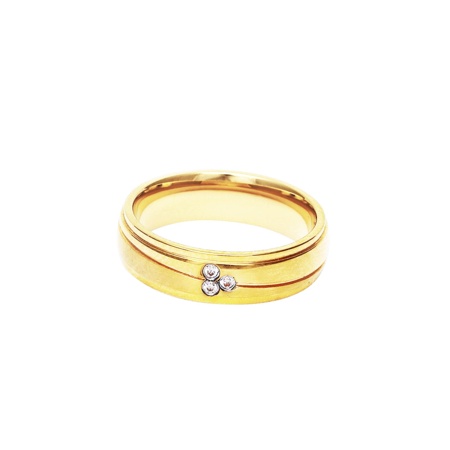 Мъжка златна сватбена халка с диагонален декоративен елемент, инкрустирана с 3 диаманта.