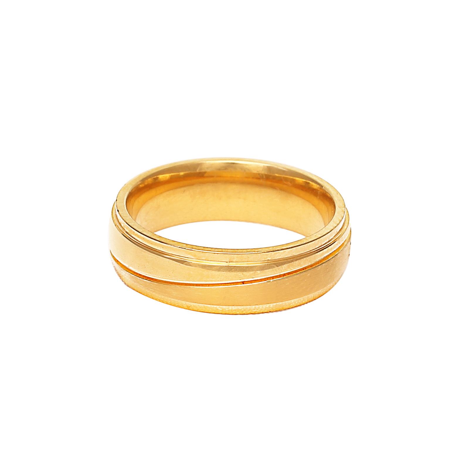 Златна сватбена халка с диагонален релефен елемент.