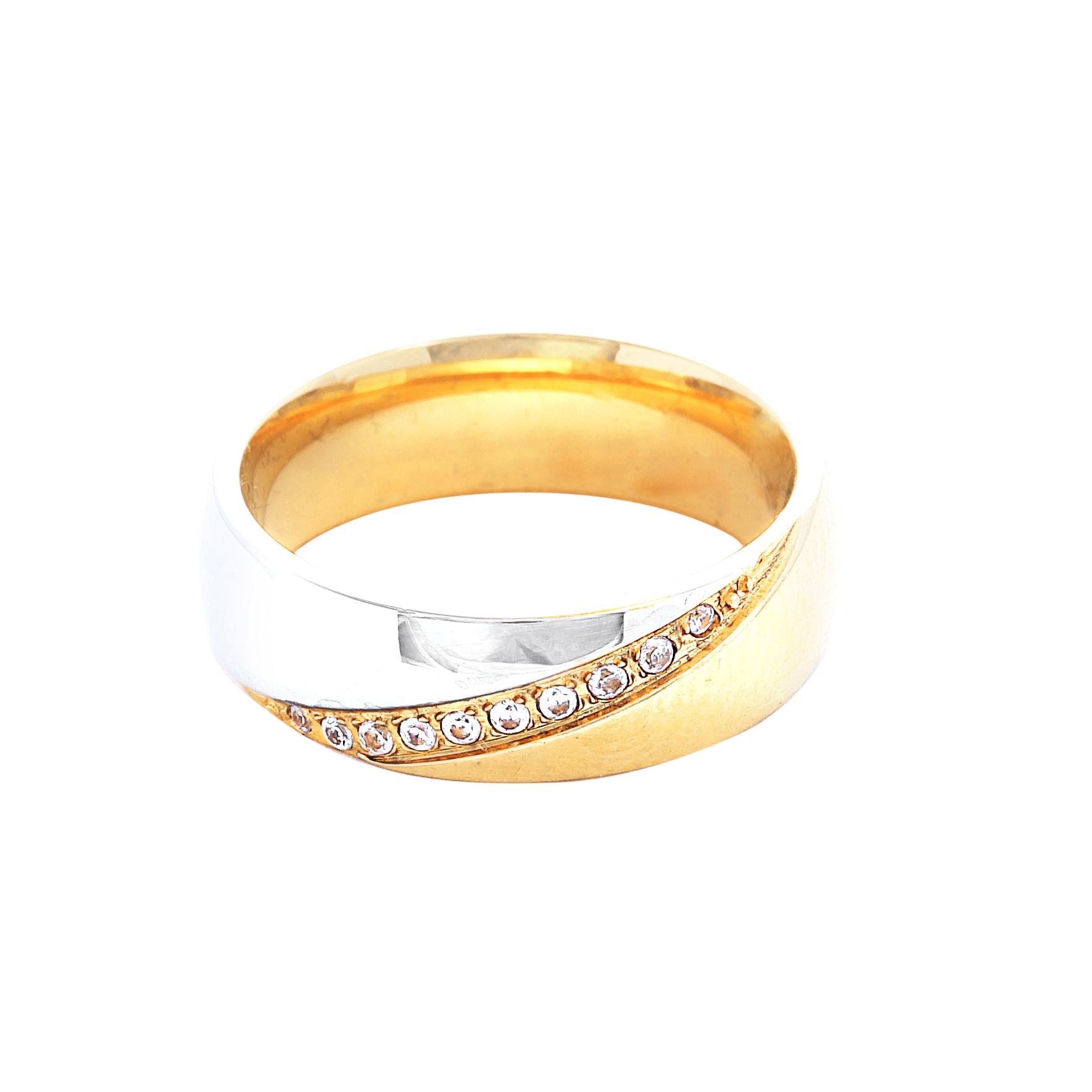 Дамска златна сватбена халка с диагонален декоративен елемент от бяло злато, инкрустирана с диаманти.