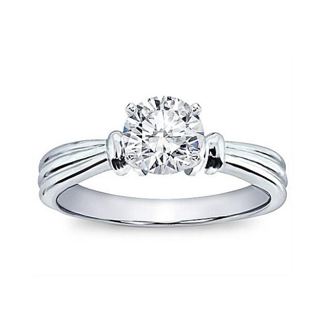 Златен годежен пръстен с диамант