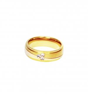 Дамска златна сватбена халка с диагонален декоративен елемент, инкрустирана с 3 диаманта.