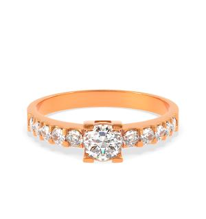 Годежен пръстен Monique от розово злато с централен диамант в обков и по-малки диаманти по периферията.