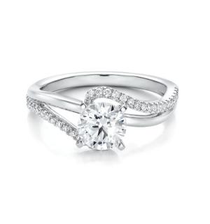 Златен годежен пръстен с централен диамант в обков