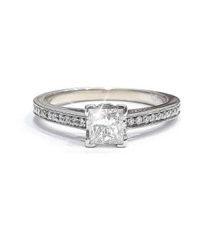 Златен годежен пръстен с един централен диамант