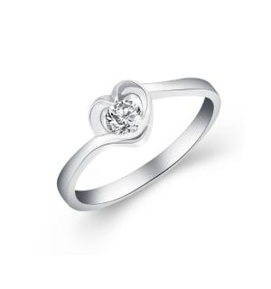 Златен годежен пръстен с диамант в сърцевиден обков