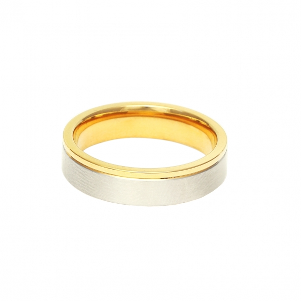 Мъжка златна сватбена халка с ивица от бяло злато.
