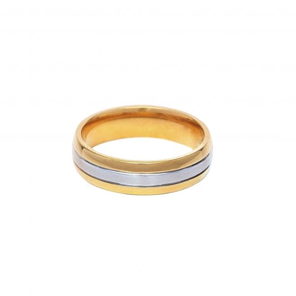 Елегантна мъжка златна сватбена халка с декоративна ивица от бяло злато.