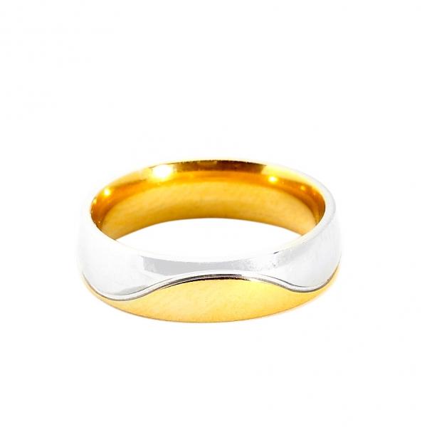 Мъжка златна сватбена халка с вълнист декоративен елемент от бяло злато.