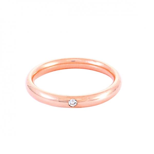 Елегантна дамска сватбена халка от розово злато, инкрустирана с един диамант.