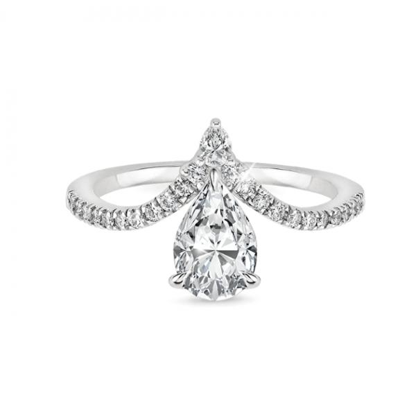 Златен годежен пръстен с диамант и малки диаманти по периферията от едната страна